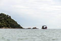 Motor diesel grande del longtail del viaje tradicional tailandés del barco en la contaminación del humo de la acción Fotografía de archivo