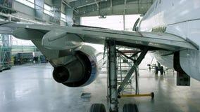 Motor do avião sob a manutenção pesada Motor do plano de avião de passagem moderno Front View Entrada de ar dos aviões filme