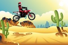 Motor dwarsruiter in de woestijn Stock Foto's