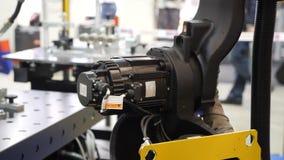 Motor eléctrico del brazo robótico en el movimiento, cierre encima de la visión