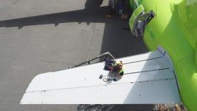 Motor en chassis van het passagiersvliegtuig onder zwaar onderhoud De ingenieur controleert de vliegtuigenmotor stock video