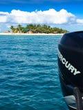Motor externo de Mercury y isla del Fijian Foto de archivo