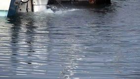 Motor externo en el muelle que bate para arriba el agua almacen de video