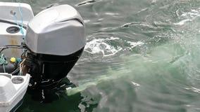 Motor externo na ação produzindo bolhas vídeos de arquivo