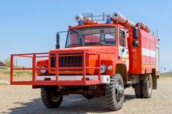 Motor för röd brand för släckning av av den naturliga stäppen eller skogsbränder i den nationella reserven Begreppet: denstridigh arkivfoton