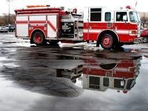 Motor för röd brand som parkeras i gata med reflexion arkivfoton