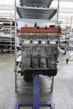 motor i metall i lagerhus Arkivfoto