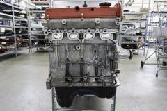 motor i metall i lagerhus Arkivfoton