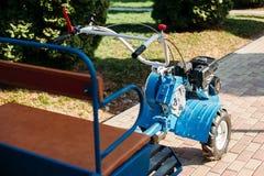 Motor-landbouwer op wielen stock afbeeldingen