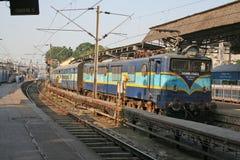Motor locomotor eléctrico y tren de ferrocarril Foto de archivo