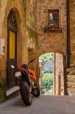 Motor op de oude straat van Pitigliano, Italië royalty-vrije stock afbeeldingen