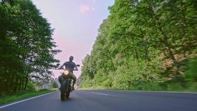 Motor op weg het berijden het hebben van pret die de lege weg o berijden stock footage