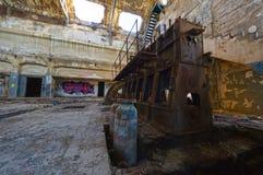 Motor oxidado viejo en un edificio industrial abandonado Imagenes de archivo