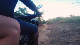 Motor que biking através de Camboja rural video estoque