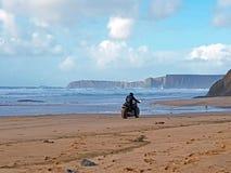 Motor que conduz na praia Fotos de Stock Royalty Free