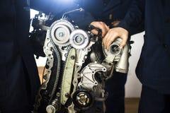Motor que muestra turbo con el mecánico Foto de archivo