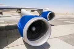 Motor a reacción en el ala de un avión imágenes de archivo libres de regalías