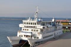 Motor-sänd catamaranen Hadzhibey Arkivbild