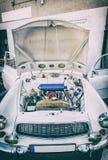 Motor sob a capa de um carro velho, filtro análogo imagem de stock royalty free