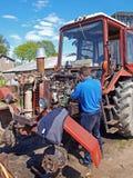 motor som 2 reparerar traktoren Royaltyfri Fotografi