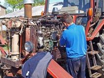 motor som reparerar traktoren Arkivbild