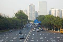 Motor trafikerar på den multilane huvudvägen arkivbild