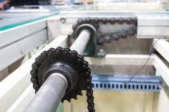 Motor und Kettenantriebsachse zeichnen den industriellen Förderer Lizenzfreie Stockfotografie