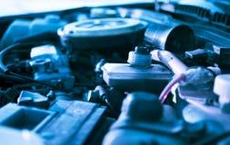 Motor unter der Haube eines Autos lizenzfreie stockbilder