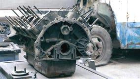Motor van een auto, die in werkruimte wordt gebroken Stock Foto