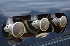 Motor van een autocarburatoren en de dekking van de luchtopname Stock Afbeelding