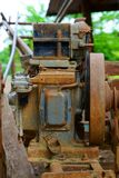 Motor viejo oxidado para la granja imagenes de archivo