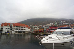 Motora blanca en el puerto de Bergen, Noruega imagenes de archivo