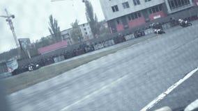 Motoracers che prende un angolo tagliente dietro la vista del recinto video d archivio