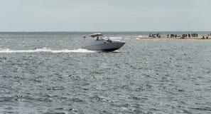 Motorbåt i havet Fotografering för Bildbyråer