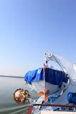 Motorbåt i mitt av blått vatten av Lake Tahoe, Kalifornien, Förenta staterna Royaltyfri Bild