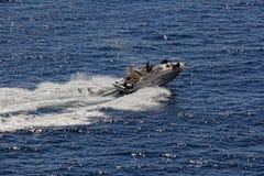 Motorbåt i navigering Arkivbild