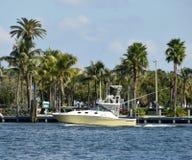 Motorbåt i tropiska Florida Fotografering för Bildbyråer