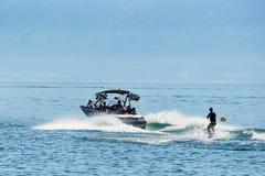Motorbåt med mannen som wakeboarding i sjöGenève i Lausanne Arkivfoto
