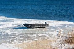 Motorbåt på is Arkivbild