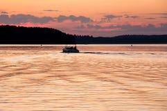 Motorbåt på solnedgången Royaltyfri Foto