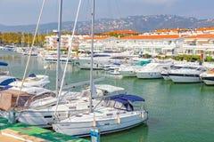 Motorbåthamn i en by Plaja de Aro i Spanien, 13 10, by 2017 Plaja de Aro, Catalonia, Spanien Royaltyfri Fotografi