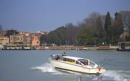 Motorbåttaxi till Venedig Arkivbilder