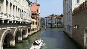 Motorbarkasse Venedigs Italien, die Kanal hinuntergeht stock footage