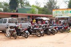 Motorbike som parkerar på marknadsföra i Khao Lak Arkivbilder