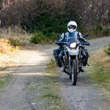 Motorbiker που ταξιδεύει στα βουνά φθινοπώρου Στοκ Εικόνες