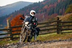 Motorbiker που ταξιδεύει στα βουνά φθινοπώρου Στοκ Φωτογραφίες