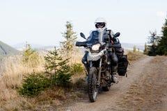Motorbiker που ταξιδεύει στα βουνά φθινοπώρου Στοκ Φωτογραφία