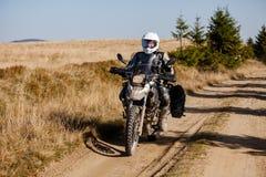 Motorbiker που ταξιδεύει στα βουνά φθινοπώρου Στοκ φωτογραφία με δικαίωμα ελεύθερης χρήσης