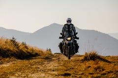 Motorbiker που ταξιδεύει στα βουνά φθινοπώρου Στοκ Εικόνα