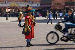 Motorbiker избегает недвижного продавца воды Стоковые Фото